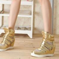 Ще кілька років тому уявити собі кросівки на танкетці було неможливо. А  сьогодні – це дійсно дуже модна і стильна взуття. ee98c541570c8